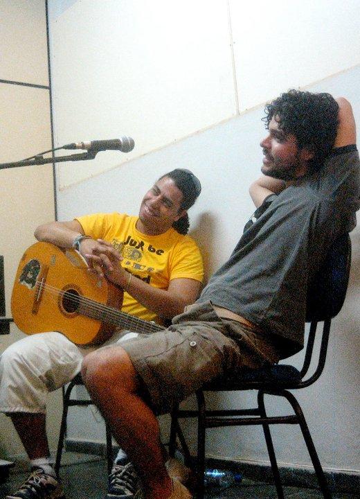 Guto Freita e Eros Trovador na gravação do EP Palavra, que antecedeu o álbum Música de Sarau. Em 2010.